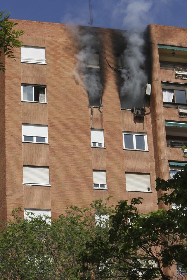 Un incendio destapa un laboratorio de droga en un bloque de viviendas de Madrid