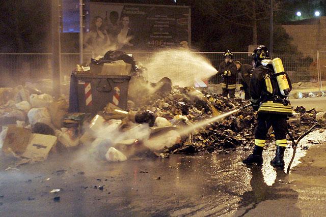Los napolitanos incendian la basura hartos de su acumulación en las calles