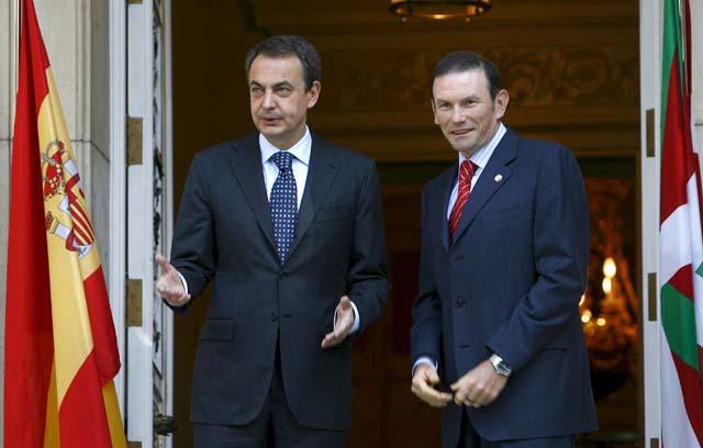 Zapatero rechaza el plan soberanista de Ibarretxe y le remite a la Constitución