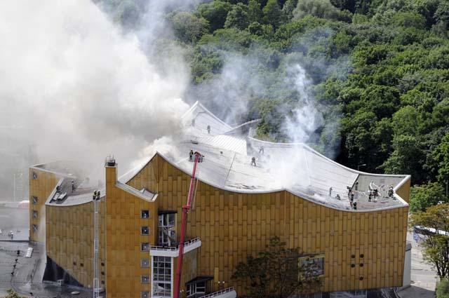 Los bomberos mantienen la lucha contra el incendio en la sede de la Filarmónica de Berlín