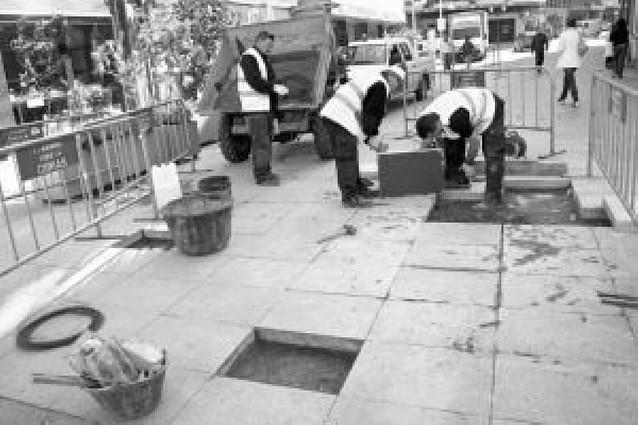 Siguen los arreglos en la zona peatonal cuatro años después de acabarse las obras