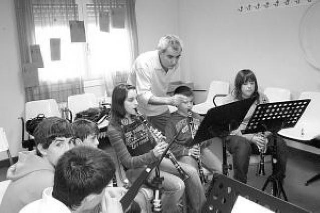 El clarinetista Ramón Barona dirige un curso en la escuela de música cirbonera