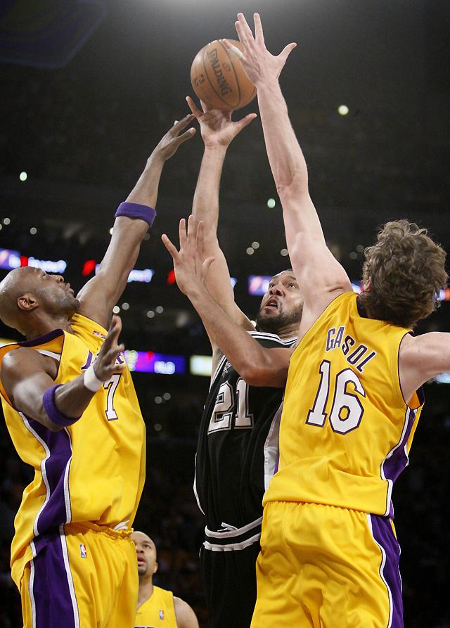 Los Lakers remontan a lo campeón (89-85) y se anotan el primer punto ante los Spurs