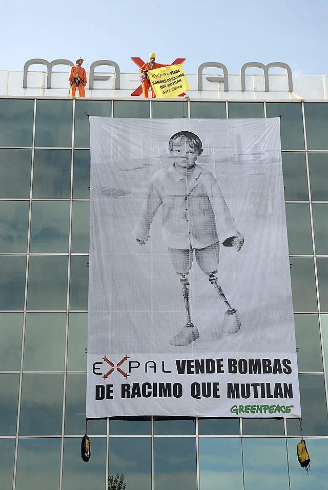 Activistas de Greenpeace toman la sede de Expal en Madrid para que deje de fabricar bombas de racimo