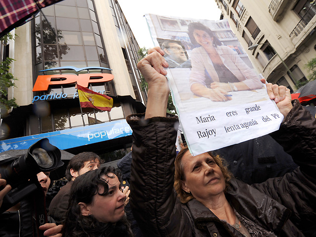"""Unas 200 personas se concentran ante el PP en Madrid en apoyo a San Gil y al grito de """"¡Rajoy, dimite hoy!"""""""