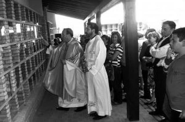 El Arzobispo bendice el columbario del Romero de Cascante