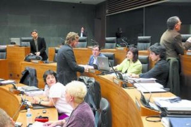 El Parlamento pide al Gobierno vasco respeto institucional hacia Navarra