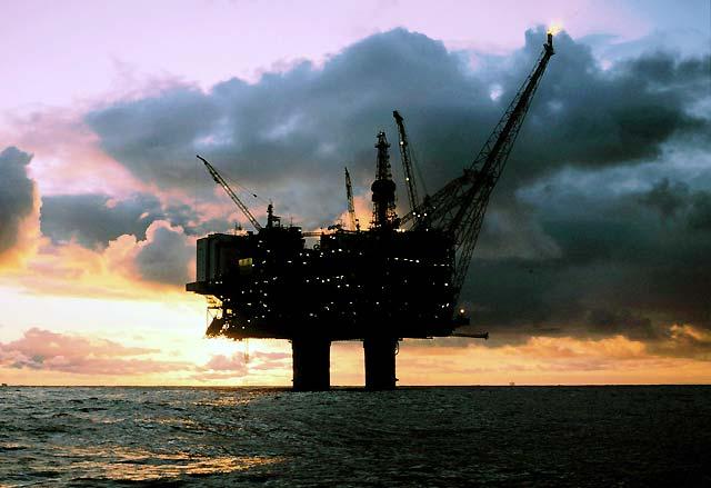 Evacuan a más de 150 personas de una plataforma en el Mar del Norte por una fuga de petróleo