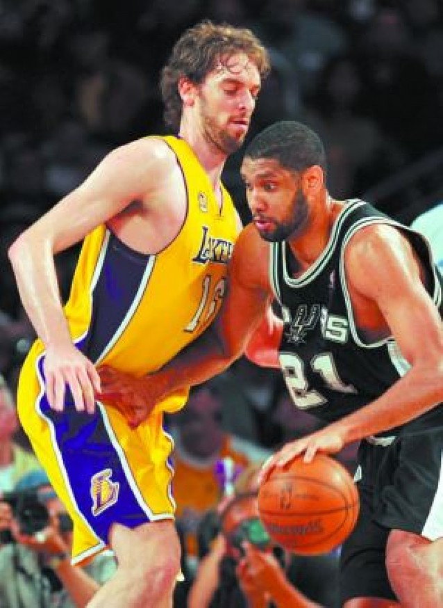 Los Lakers destrozan a los Spurs en el segundo asalto