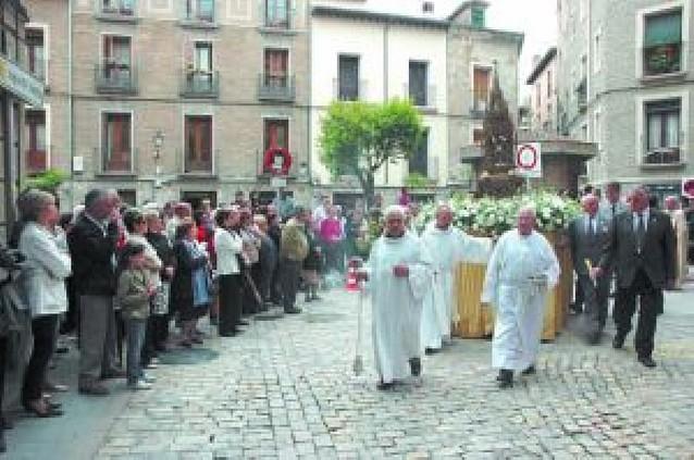 Cientos de tudelanos participan en la procesión por gran parte del Casco Viejo