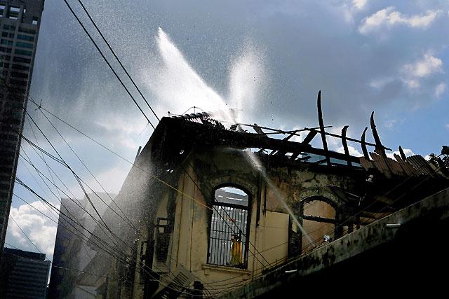 Un incendio destruye parte de la embajada de Birmania en Bangkok
