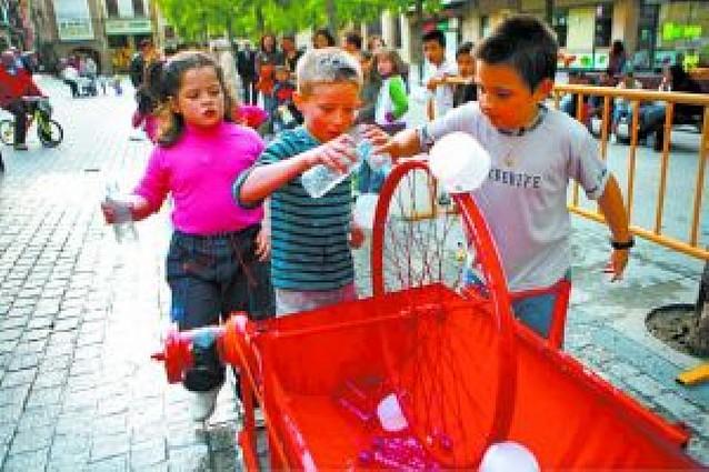 El día festivo en Estella estuvo amenizado por talleres de reciclaje dirigidos a escolares