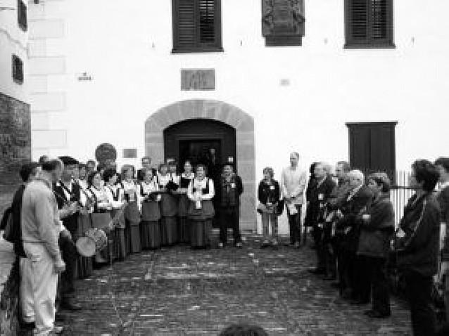 Unas 700 personas se citaron en Roncal en el Día del euskera, con la música de protagonista