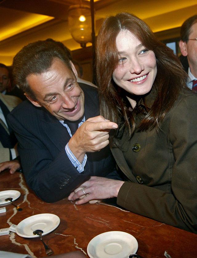 Carla Bruni acompaña a Sarkozy en una visita matutina a un mercado de abastos de París