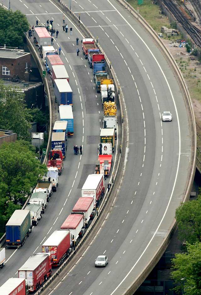 Los transportistas británicos dan a Brown una semana para reducir la fiscalidad de los hidrocarburos