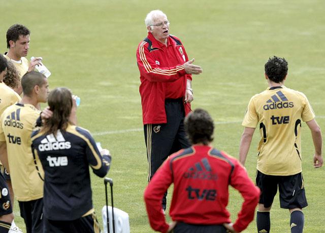 Luis Aragonés da las primeras pistas de la táctica de la selección