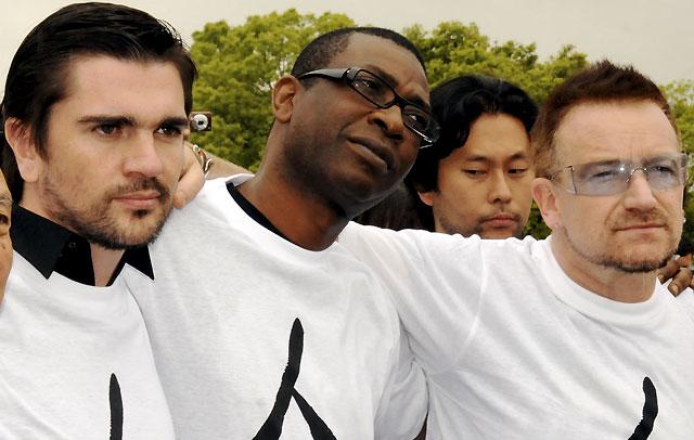 Juanes y Bono protestan en Japón contra la pobreza mundial