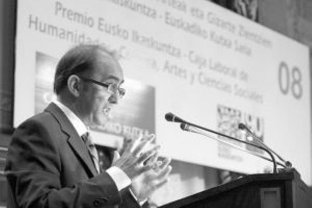 """Daniel Innerarity recibe """"abrumado"""" el premio de Eusko Ikaskuntza"""