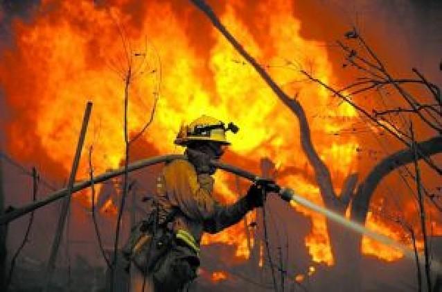 Estado de emergencia en California ante dos violentos incendios