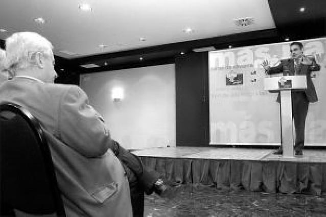 Sanz lamenta que no se trate igual el desmarque de UPN que el de dos diputados murcianos del PP