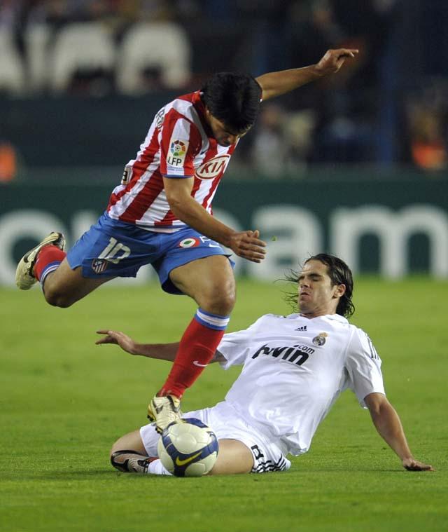 El Atlético regala otro derbi al Real Madrid (1-2)