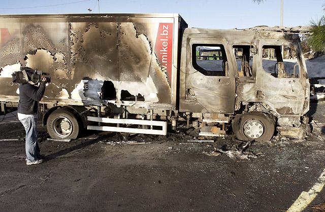 Calcinados varios vehículos de autoescuelas en Artxanda