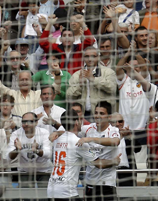 El Valencia se aferra a la cabeza de la Liga (4-0)