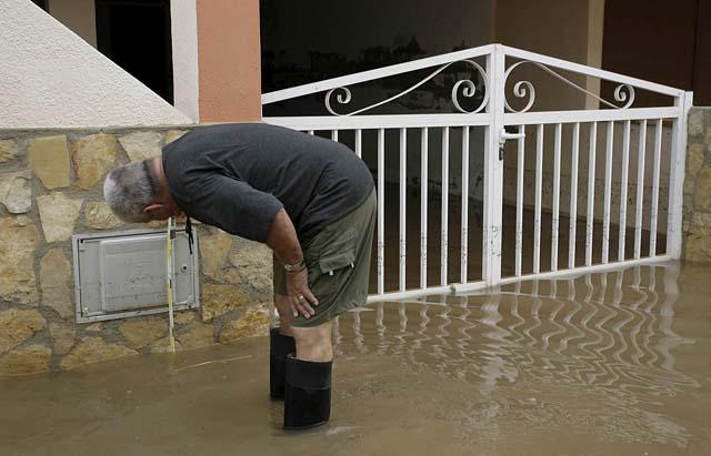 Corte de carreteras y coches atrapados por la lluvia en la provincia de Valencia
