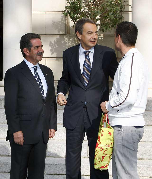 Zapatero y la receta del taxista de Revilla para hacer frente a la crisis