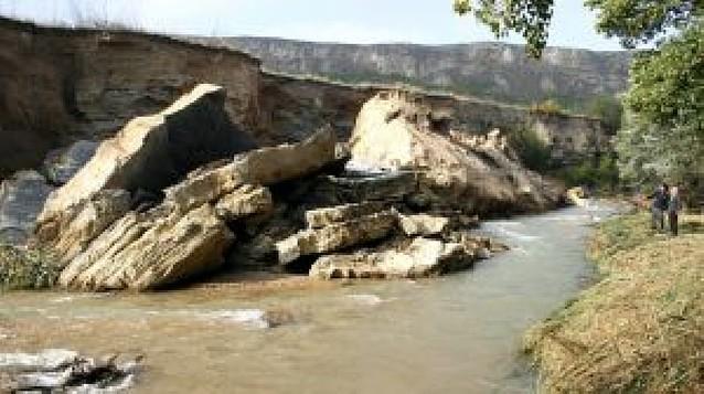 Caen 1.500 toneladas de piedra y tierra al río Ega en Cárcar