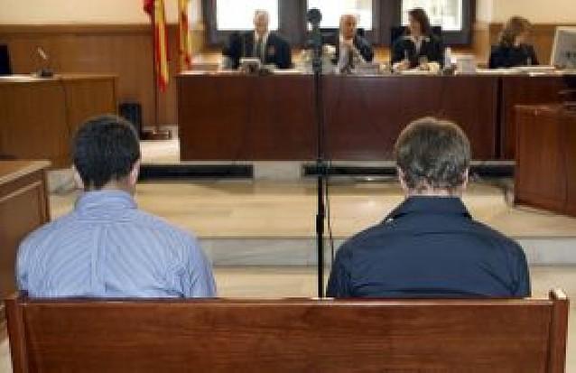 Dos acusados de asesinar a una indigente culpan al menor que les acompañaba