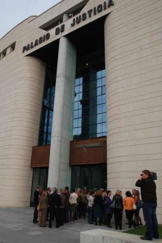 El paro de secretarios judiciales obliga a suspender medio centenar de juicios