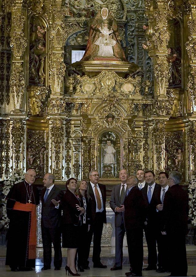El Rey inaugura la restaurada Iglesia del Salvador arropado por cientos de sevillanos
