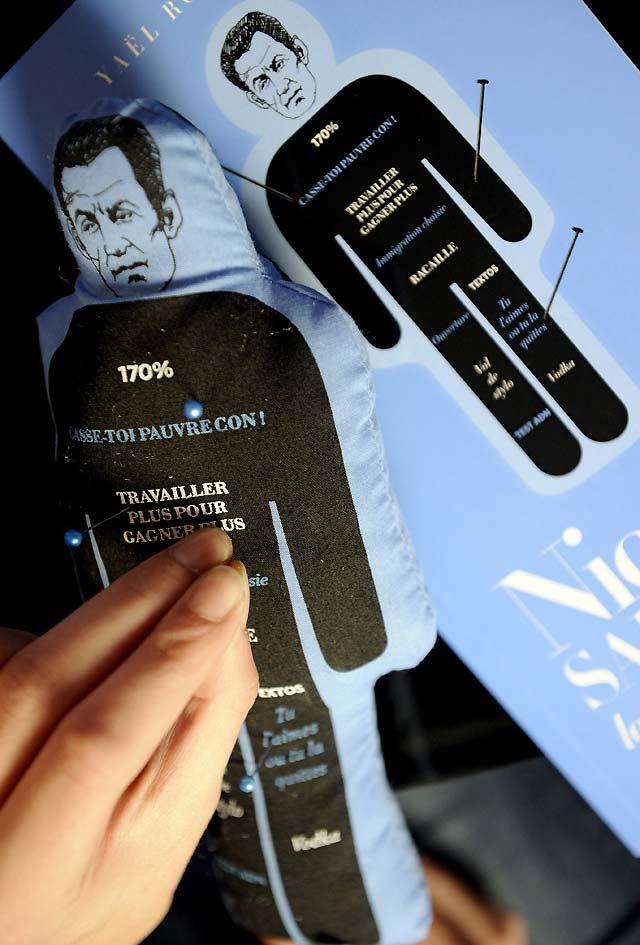 Un tribunal trata hoy sobre la retirada del muñeco de Sarkozy para hacer vudú
