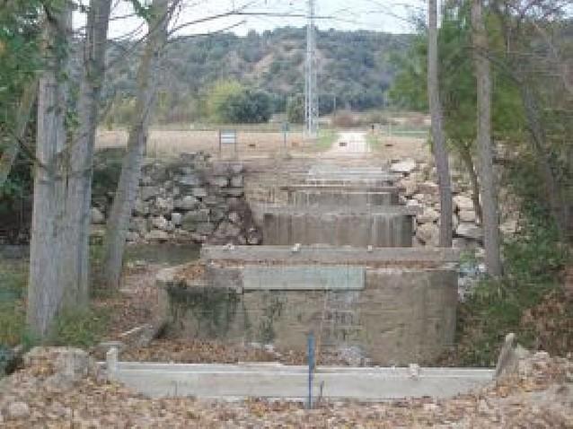 El puente que da paso al molino de Labeaga, en reconstrucción
