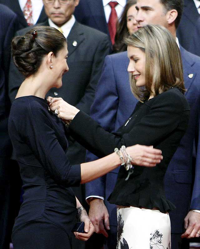 Don Felipe y Doña Letizia mantienen un cálido encuentro con los galardonados con los Premios Príncipe de Asturias 2008