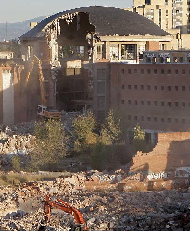 Continúan los trabajos de demolición de la cúpula de la cárcel de Carabanchel