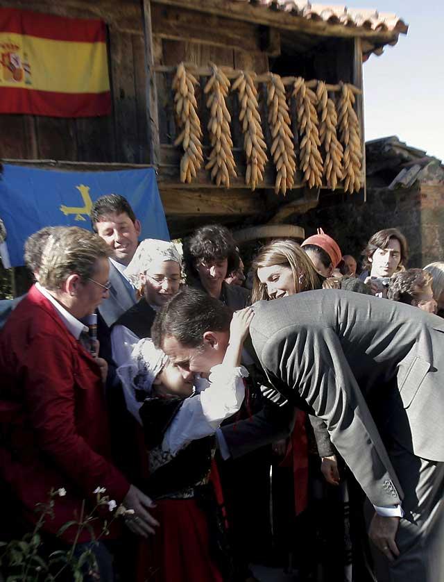 Los Príncipes de Asturias entregan a Torazu el galardón de Pueblo Ejemplar
