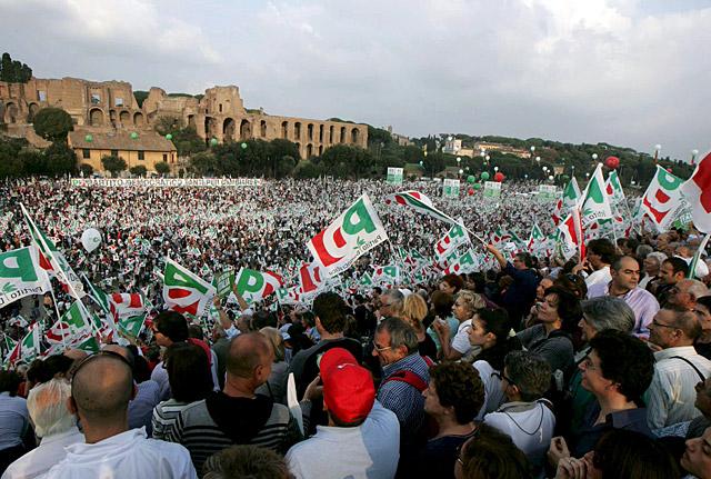 La oposición reúne a miles de personas contra el gobierno de Berlusconi
