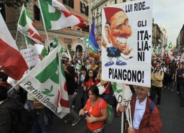 La oposición reúne a miles de personas contra Berlusconi