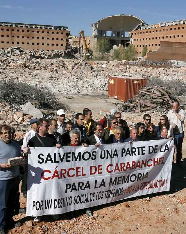 Vecinos de Carabanchel se concentran bajo la cúpula demolida para pedir un Centro para la Memoria
