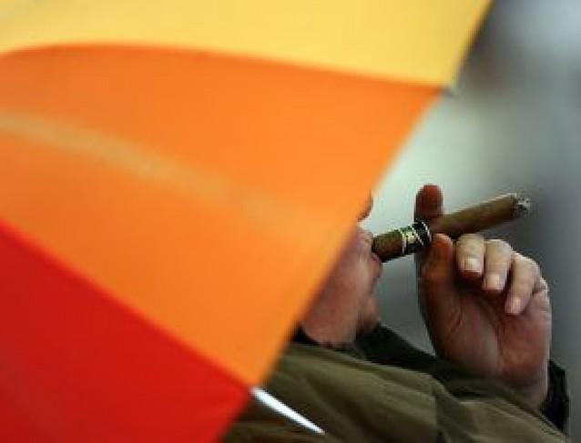 Europa estudia prohibir fumar en centros de trabajo, incluidos bares y restaurantes