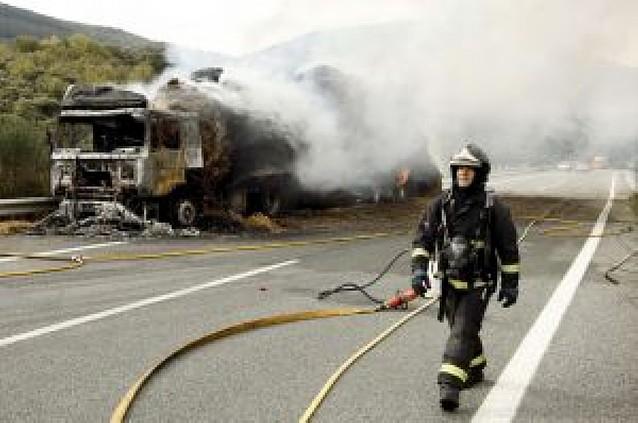 Cortada la autopista de Leitzaran en sentido Pamplona al arder un camión de paja