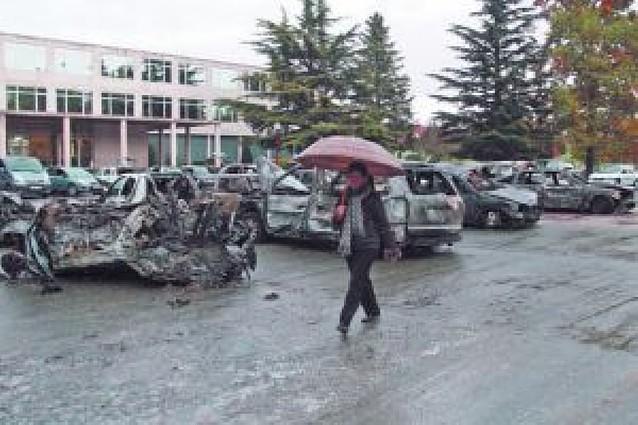 La explosión deja 20 coches calcinados y más de 80 con daños de importancia