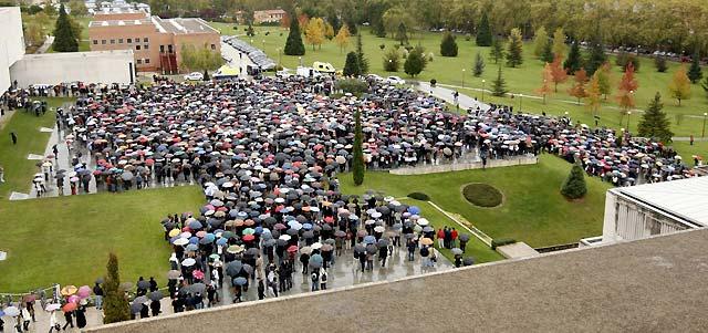 Cientos de personas se concentran en la Universidad de Navarra en repulsa por el atentado