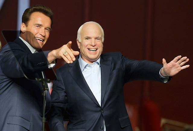 Schwarzenegger insta a los estadounidenses a votar por John McCain el martes