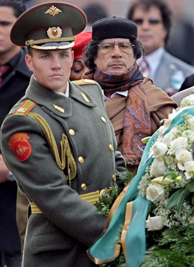 Gadafi, a favor de potenciar la cooperación económica civil con Rusia