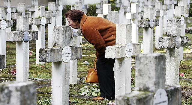 Miles de personas recuerdan a sus difuntos en los cementerios navarros