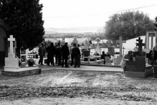 Día para el recuerdo en un camposanto inmerso en obras