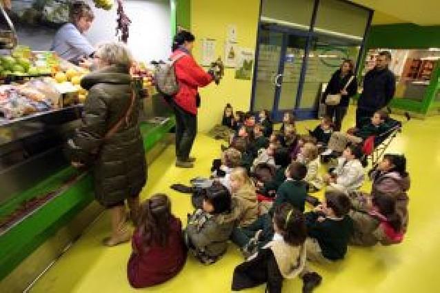 56 alumnos de Teresianas en la primera visita escolar al mercado de Ermitagaña